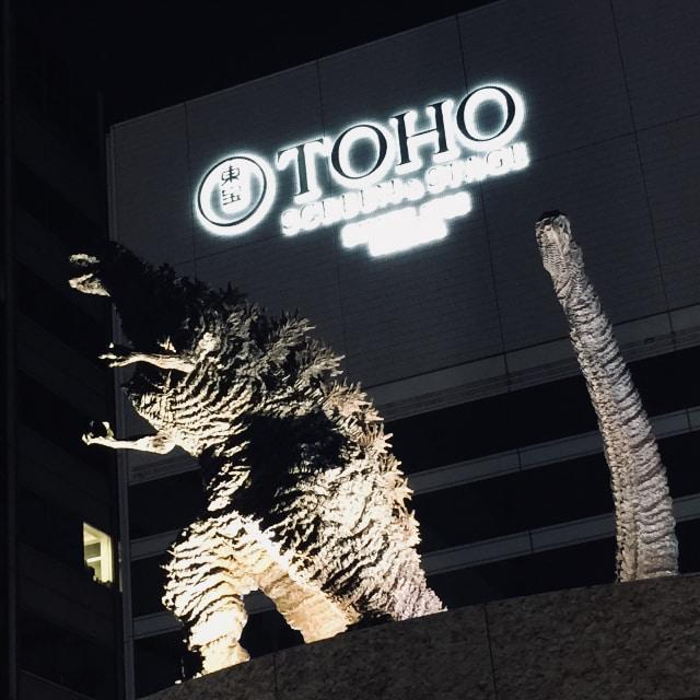 東宝シネマズを背景にシンゴジラ像